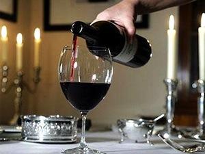 Наполнение вином бокалы