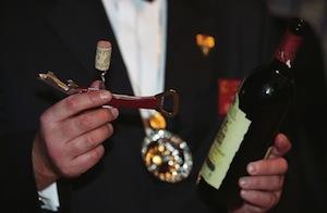 Открытие бутылки вина